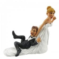 Hochzeitspaar Sie zieht Ihn mit