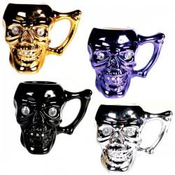 Totenkopf-Tasse mit Kristallsteinen